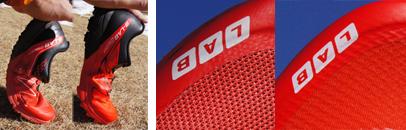 アッパー素材と屈曲性の違いが判る。 左は2013モデルの「SLAB SENSE ULTRA」